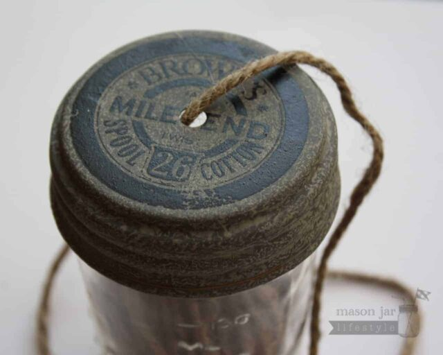 String dispenser lid for regular mouth Mason jars