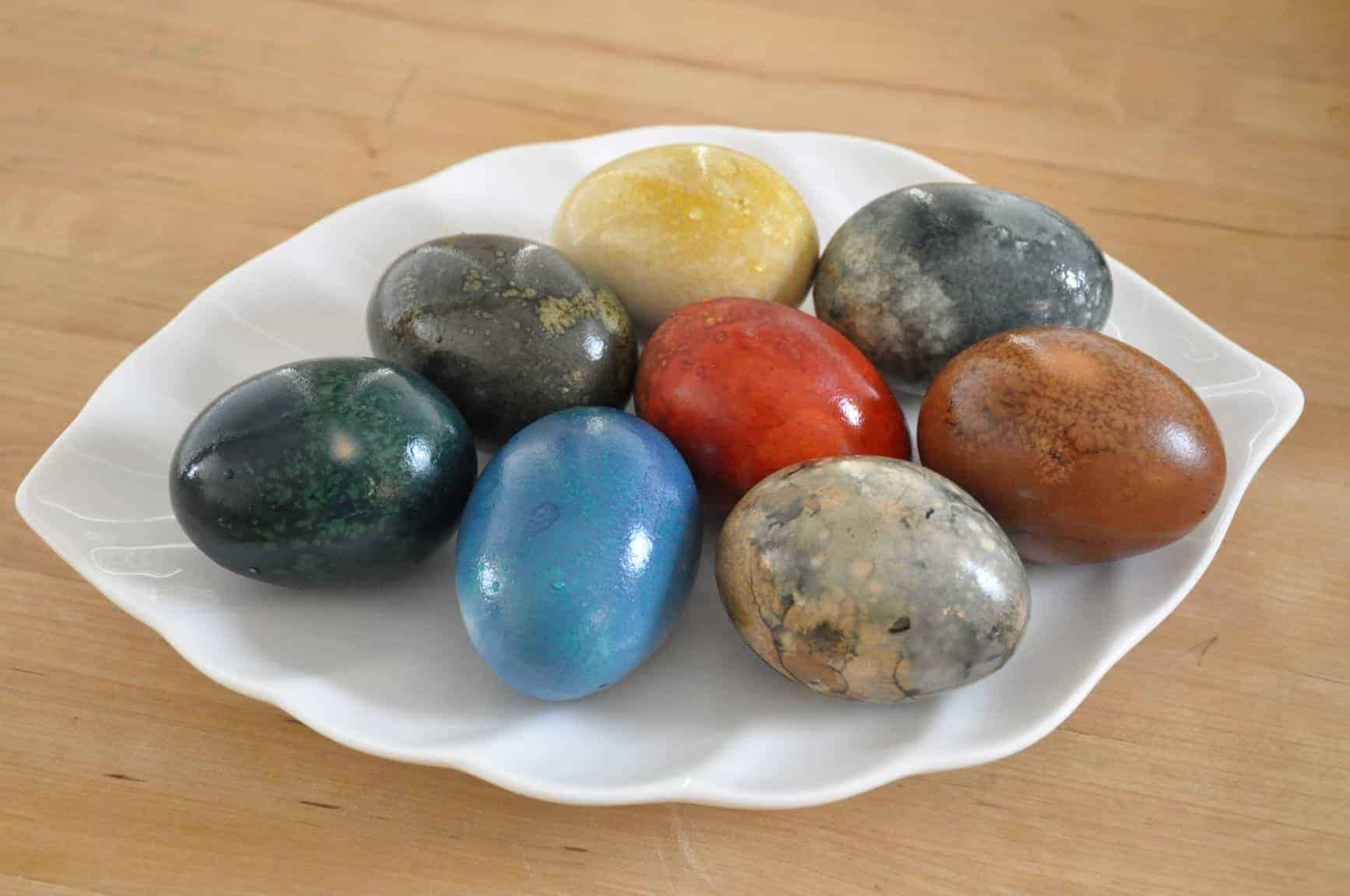 mason-jar-lifestyle-naturally-dyed-easter-eggs-using-everyday-food-on-leaf-plate